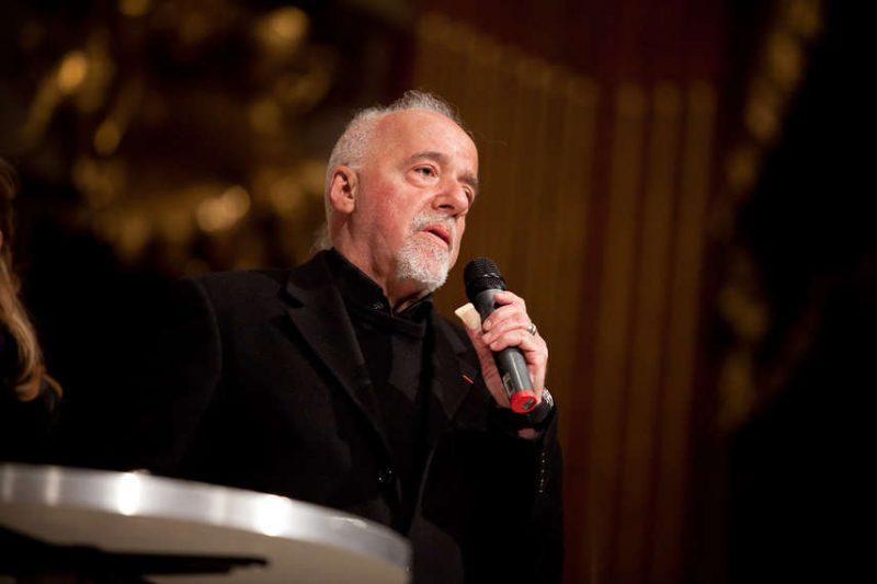 Um dos esportes nacionais: atacar, vilipendiar, desprezar e achincalhar Paulo Coelho (Foto site oficial)