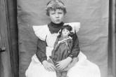 As meninas ficam presas num mundo monocromático de princesas cor-de-rosa e tarefas  consideradas menores (Lillybridge, Charles S/Denver Public Library Photoswest)