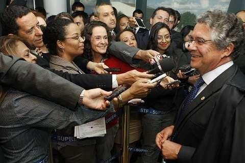 Ministro Marco Aurélio concede entrevista no intervalo da sessão que analisava o cabimento de embargos infringentes na AP 470 (Foto Nelson Jr./SCO/STF)