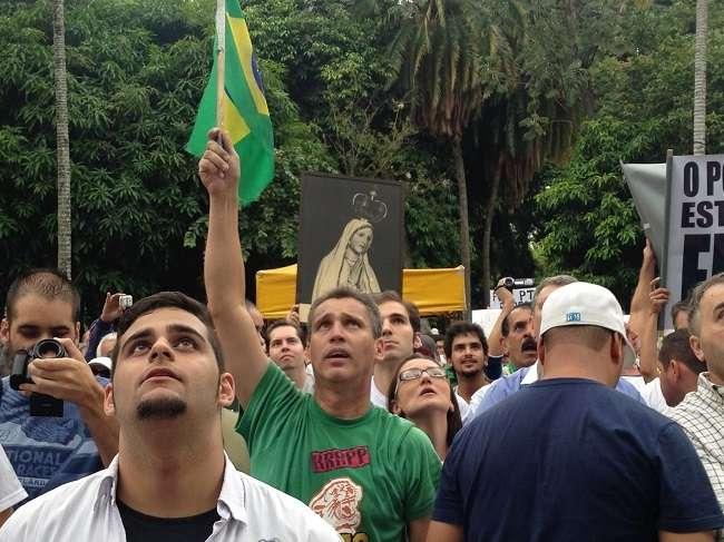 Manifestantes exaltaram a igreja e a família, os quais, segundo eles, estão ameaçados pelo comunismo
