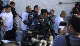 Os três policiais militares acusados de arrastar a auxiliar de serviços gerais Claudia Ferreira chegam para depoimento na delegacia de Madureira (Tomaz Silva/Agência Brasil)