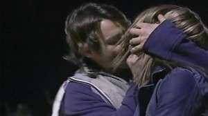 Muitos foliões resolvem ganhar um beijo na marra (Foto: Reprodução/Correio do Brasil)