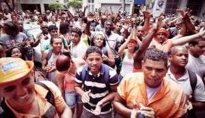 Garis protestam contra demissão de 300 funcionários (Foto: Mídia Ninja)