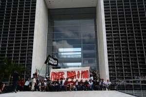 manifestantes realizaram intervenção política na porta da ALESP (Foto: Levante Popular da Juventude)