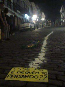 Manifestantes fizeram carreira gigante como forma de protesto (Foto: Reprodução do Facebook)