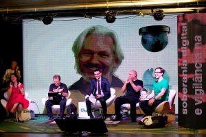 Assange participa, via Skype, do debate sobre Soberania Digital e Vigilância na era da Internet. (Foto: Eduardo Aigner)