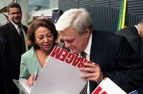 José Mentor autografa o livro para a ministra de Direitos Humanos, Ideli Salvati (Foto: Agência Câmara)