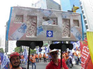 """Manifestantes protestam também contra o """"Trensalão"""". (Foto: Ivan Longo)"""