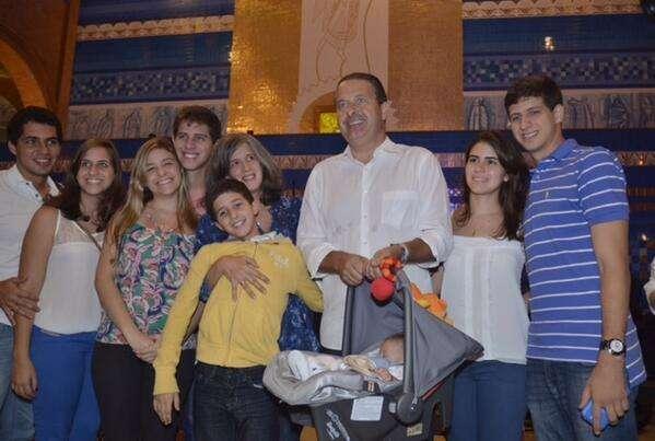 Eduardo Campos foi à missa acompanhado da esposa Renata e dos 5 filhos (Reprodução/Twitter)