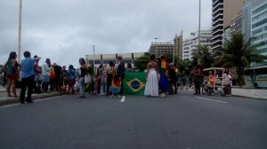 Cerca de 100 de ativistas LGBT se reuniram em Copacabana.