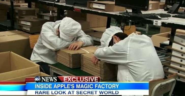 Trabalhadores chineses descansando por cinco minutos na Foxconn, fornecedora da Apple