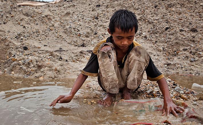 Criança trabalhando em uma mina de estanho na ilha de Bangka, Indonéisa (Reprodução)