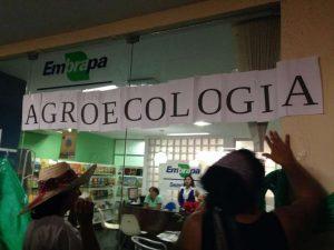 Cerca de 300 mulheres protestaram em frente ao escritório de apoio da Embrapa. Simbolicamente, elas inauguraram a Embrapa Agroecologia (Foto: Anna Beatriz Anjos)