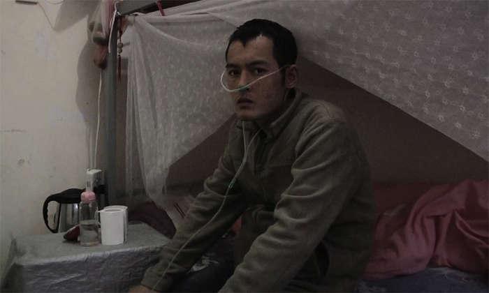Em 28 de dezembro de 2013, apesar dos maiores esforços de sua família para continuar pagando seu tratamento e medicação, Ming Kunpeng cometeu suicídio pulando do alto do prédio. Seu caso foi simbólico, mas não é raro (greenamerica.org)