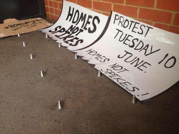 """Após a polêmica, cartazes de protesto puderam ser vistos na fachada do flat: """"Casa e não espetos"""""""