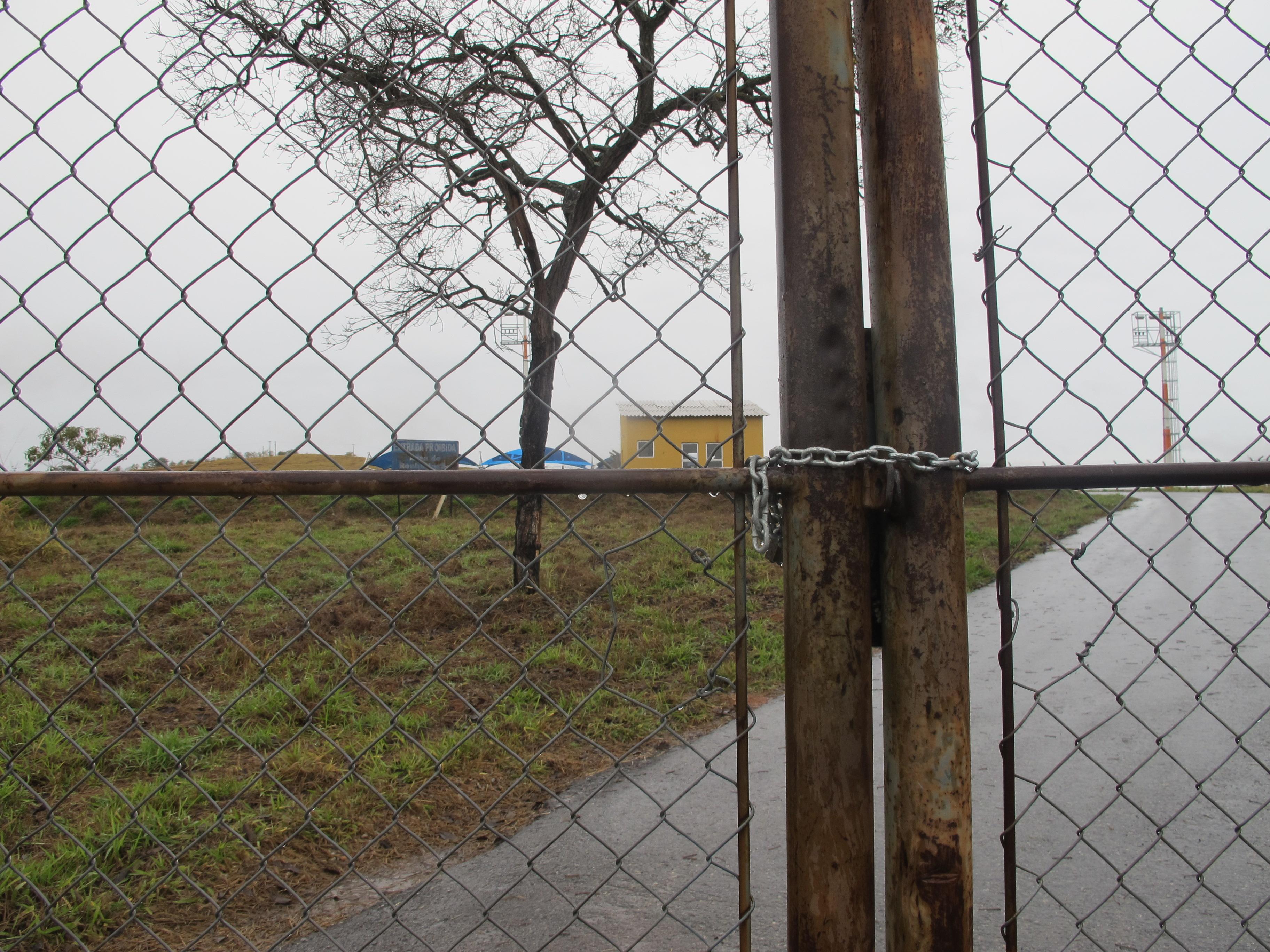 A entrada com os portões trancados do aeroporto de Cláudio (Vinicius Gomes)