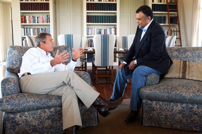 Em 2002, ex-presidente George W. Bush com o príncipe e ex-embaixador Bandar bin Sultan, na fazenda de Bush no Texas (ERIC DRAPPER/ THE WHITE HOUSE)