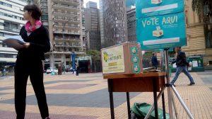 Urna do plebiscito popular localizada na Praça da Sé, em São Paulo (Foto: Marcelo Hailer)