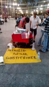 Em São Paulo, transeuntes tiram dúvidas e votam pela reforma do sistema político (Foto: Marcelo Hailer)
