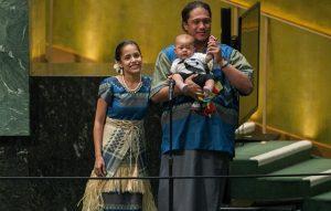 Kathy, com seu companheiro e  a filha Matafele, após o discurso na ONU (Reprodução)