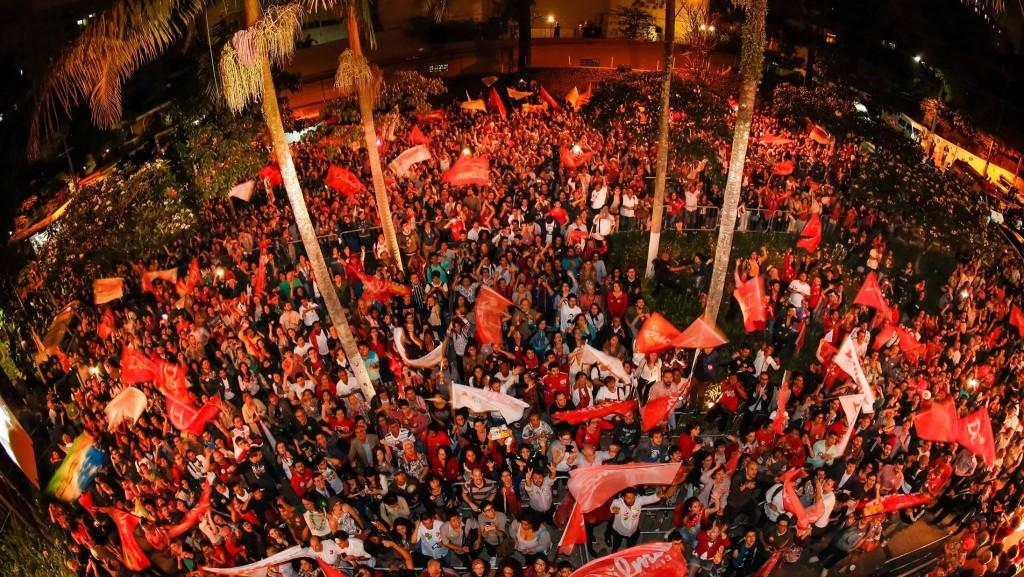 Do lado de fora do teatro, uma multidão apoiava Dilma (Foto: Repdoução/Facebook)