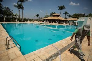 Água para quem? No condomínio Portal de Itu, o técnico da piscina de 2.000.000 litros de água já está há 22 dias sem água em sua casa, próximo à Favela do Itam.