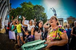 Primeiro protesto #ItuVaiParar, reuniu mais de 2000 pessoas durante a crise de abastecimento. Senhoras e idosos foram os protagonistas do dia, arremessando ovos e cobrando o poder público de suas funções, delegadas para a empresa privada Águas de Itu. Fotos: Paulo Roger