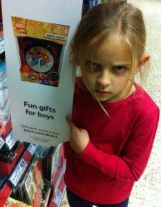 """""""Minha amável filha super-heroína de 7 anos de idade não gostou quando flagrou esta propaganda na Tesco hoje"""", dizia a legenda escrita pela mãe de Maggie (Foto: Reprodução/Twitter)"""