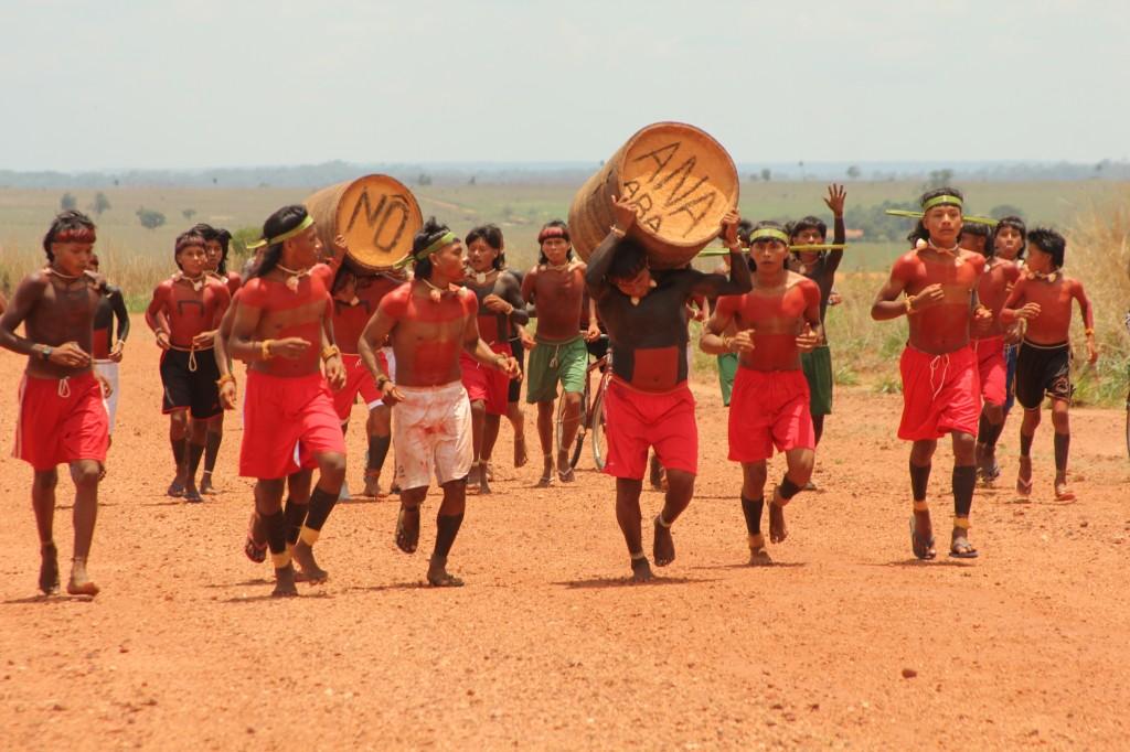 Uiwede – corrida com tora de buriti na TI Marãiwatsédé, MT