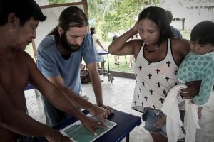 Cacique Juarez, o voluntário Felipe Garcia e Maria Leusa, representante do movimento Iperêg Ayû, revisam os pontos no mapa a serem demarcados. Foto: Marcio Isensee e Sá