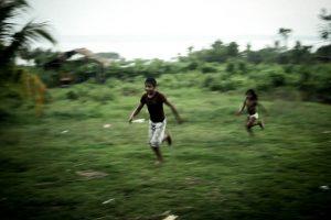 No fim da aula, crianças da aldeia brincam até anoitecer. Vida pacata na aldeia foi conturbada pelo cerco da Força Nacional. Foto: Marcio Isensee e Sá