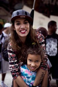 A rapper Bárbara Sweet e a filha (Foto: Valter Araújo)