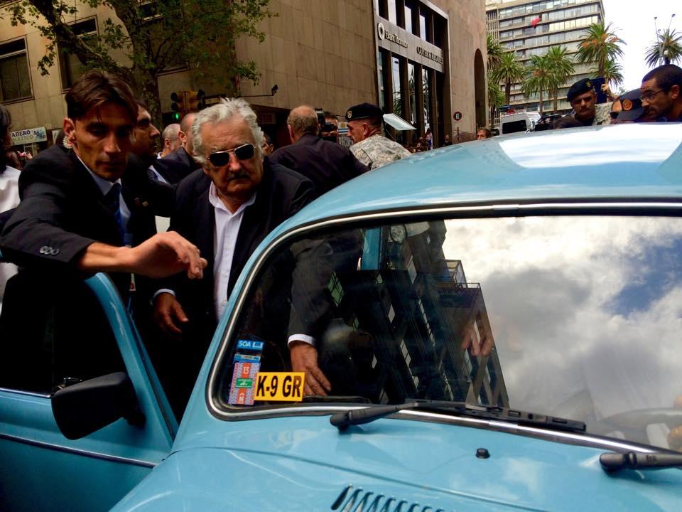 Mujica, com seu fusca azul, chega à cerimônia de posse do novo presidente Tabaré Vázquez (Foto: Igor Carvalho)