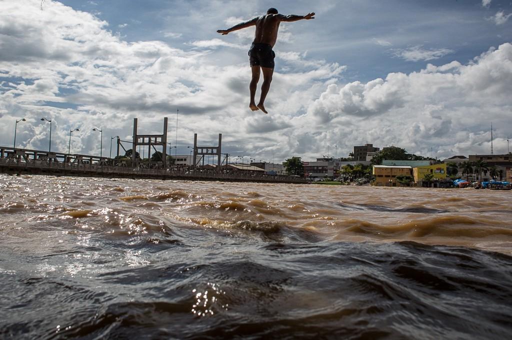 Pulos dos mais diversos lugares e alturas marcaram o entretenimento fluvial dos acrianos. Foto: Mídia NINJA