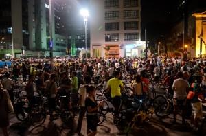 Mais de mil ciclistas compareceram ao ato pró-ciclovia, na Praça do Ciclista, na Avenida Paulista. (Foto: Rodrigo Corsi)