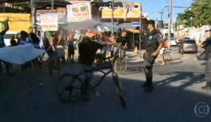 Policiais atacaram moradores com spray de gás de pimenta (Reprodução/TV Globo)