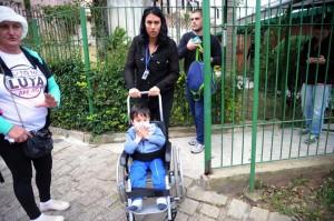 Crianças foram liberadas depois de inalar gás lacrimogêneo das bombas da PM. (Foto: Clayton Padilha)