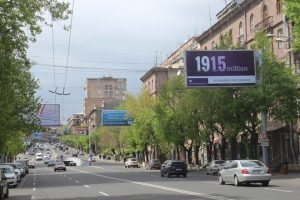 Ruas de Ierevan (capital) relembram genocídio com o lema 'reconheçõ e reivindico' (Imagem:   SandroFernandes / OperaMundi)