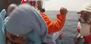 Bebê é resgatado no mar Mediterrâneo (Foto: Reprodução/The Guardian)