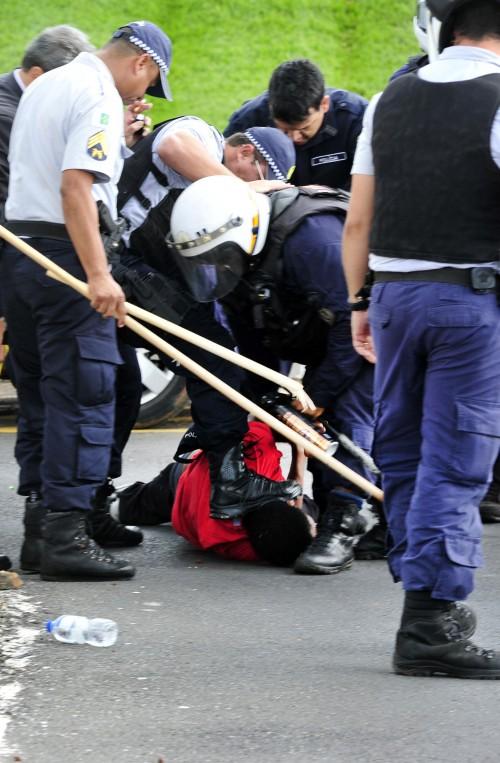 Se a polícia pisa na cabeça de sindicalista, alguma coisa importante está em jogo…