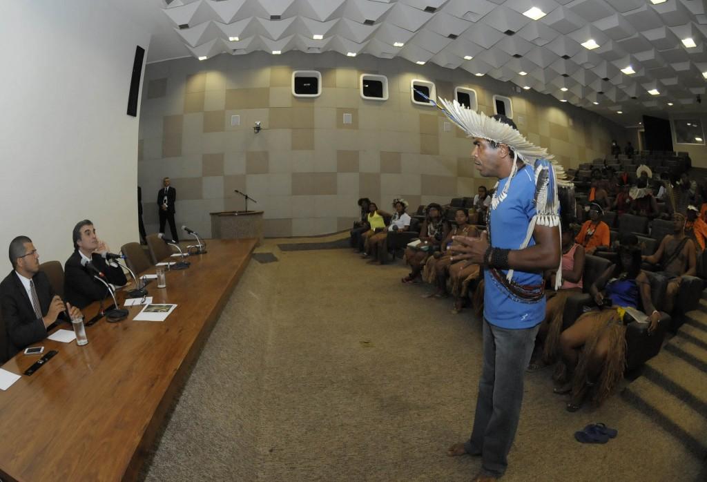 Cacique Babau em encontro com o ministro da Justiça, José Eduardo Cardozo. (Foto: Divulgação)