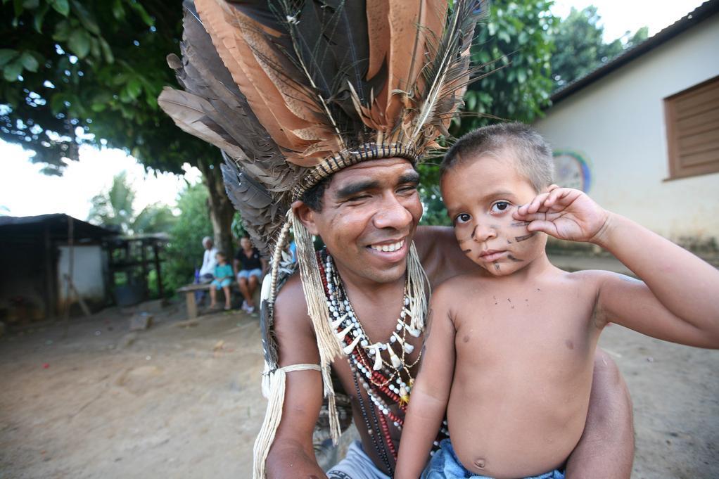 O Cacique Babau com seu filho. (Foto: Sean Hawkey/ACT)