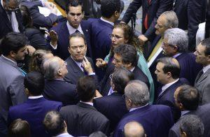 Roberto Freire e Jandira Feghali discutem durante a votação das MPs 664 e 665 (Foto: Luis Macedo /Câmara dos Deputados)