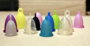 Coletores menstruais, em diversos formatos, tamanhos e cores. (Imagem: Reprodução / Facebook)
