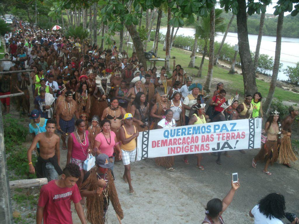 Índios tupinambás da Serra do Padeiro fazem manifestação pela demarcação de terras. (Foto: CIMI)