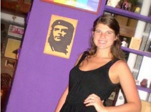 """""""Com o Che"""", escreve  Delfina em seu Twitter, em publicação datada de 17 de abril de 2014"""