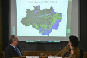 Ministros Aldo Rebelo e Izabella Teixeira anunciam o resultado final do Projeto de Monitoramento do Desmatamento na Amazônia Legal, de agosto de 2013 a julho de 2014 (Foto: Fabio Rodrigues Pozzebom/Agência Brasil)