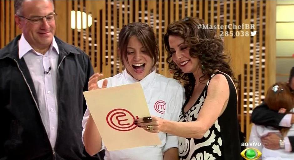 Elisa Fernandes, ganhadora da primeira edição do MasterChefBR, com seu pai e a apresentadora Ana Paula Padrão (Imagem: Band - divulgação)