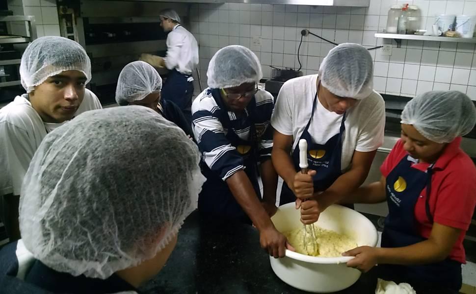 Alunos do projeto Chef Aprendiz, apelidado de MasterChef Paraisópolis (Imagem: divulgação)