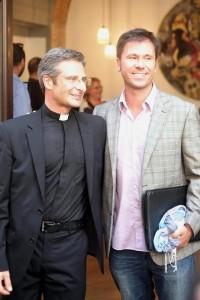 O padre polonês e seu namorado em coletiva de imprensa (Imagem: Reprodução)